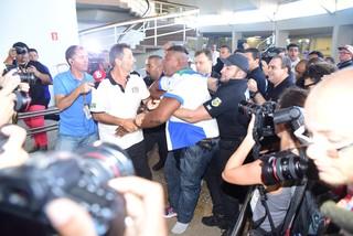 Confusão na apuração das escolas de samba de São Paulo (Foto: Leo Franco / AgNews)