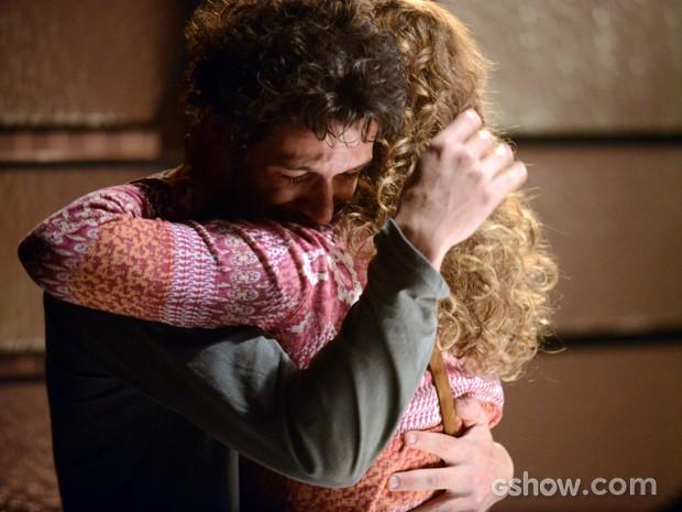 Cristina tenta consolar o irmão  (Foto: Raphael Dias/TV Globo)