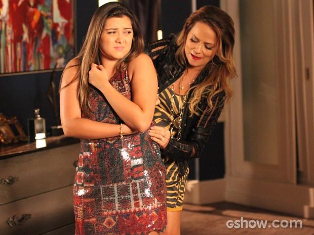 Shirley dá conselhos para Bárbara se vestir melhor e valorizar o corpo (Foto: Carol Caminha / TV Globo)