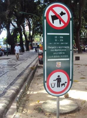 Placa indica a proibição na praça Batista Campos, em Belém. (Foto: Thais Rezende/ G1 PA)
