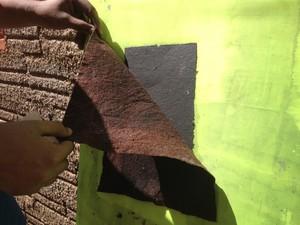 Após processo de reciclagem os papéis são expostos ao sol.  (Foto: Ana Kézia Gomes/ G1)
