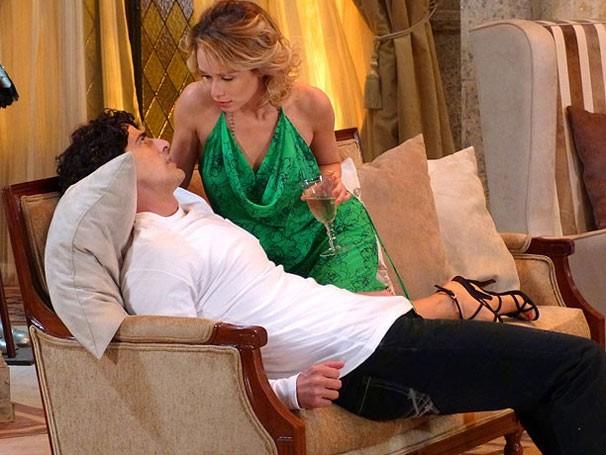 Juliana tenta seduzir Nando, mas não consegue (Foto: TV Globo)