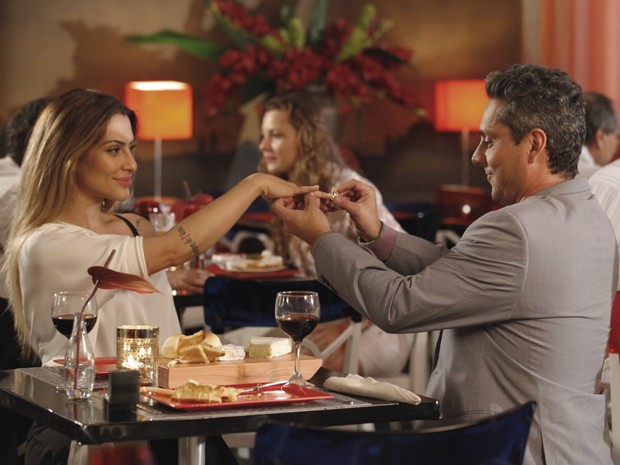 Stenio coloca anel de noivado em Bianca (Foto: Salve Jorge/ TV Globo)