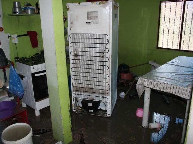 A casa dos pais da dona de casa, Eliana da Costa, de 53 anos, também acabou sendo invadida pela água (Foto: Tiago Melo/G1 AM)