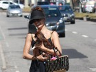 Isis Valverde curte dia de praia com seu cachorrinho de estimação no Rio
