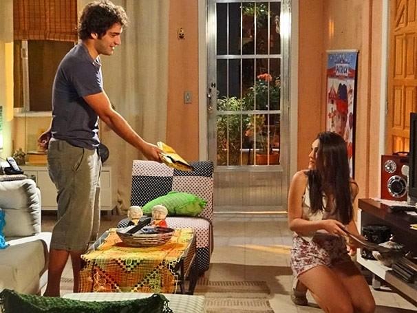 Elano dá livro de presente para Cida (Foto: TV Globo / Cheias de Charme)