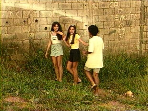 Em reportagem de 1996, meninas mostram onde viram a criatura em Varginha (Foto: Arquivo EPTV)