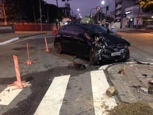 Carro ficou com dianteira destruída após o acidente (Foto: João Paulo de Castro/G1)
