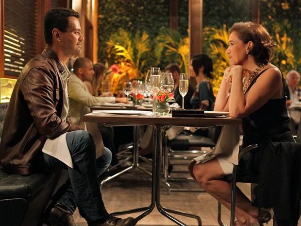Os dois trocam olhares apaixonados  (Foto: Pedro Curi/TV Globo)