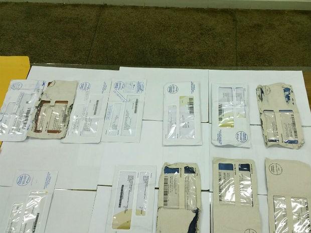 Cartões bancários apreendidos em carro de funcionário dos Correios no Lago Norte, no DF (Foto: Polícia Civil/Divulgação)