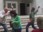 Líder oposicionista venezuelano é agredido em protesto contra apagões