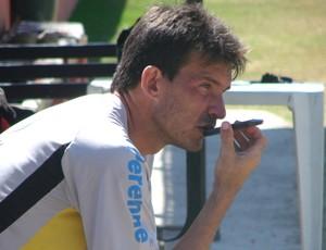 O atacante Renato Santiago, do Joseense, trabalhando como gerente de futebol (Foto: Danilo Sardinha/Globoesporte.com)