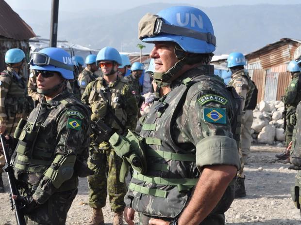 General Jaborandy (à frente) inspeciona operação em área violenta e pobre do Haiti (Foto: UN)