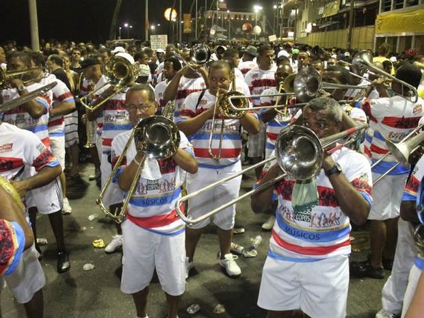 Cem músicos formam a banda do Bloco Habeas Copos (Foto: Edgar de Souza/G1)