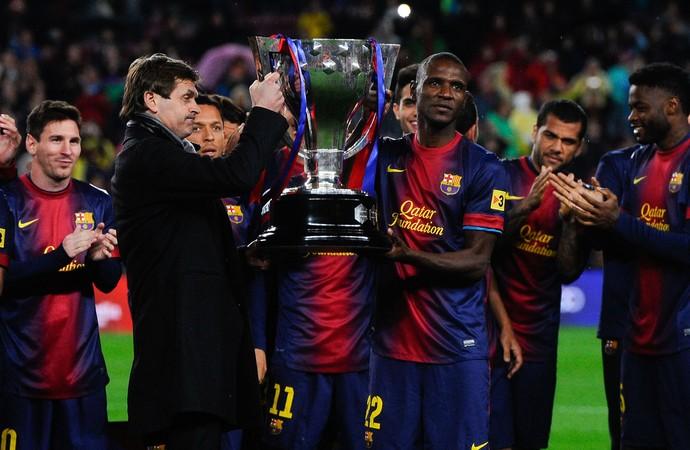 tito vilanova e eric abidal barcelona erguem a taça de campeão espanhol (Foto: Agência Getty Images)