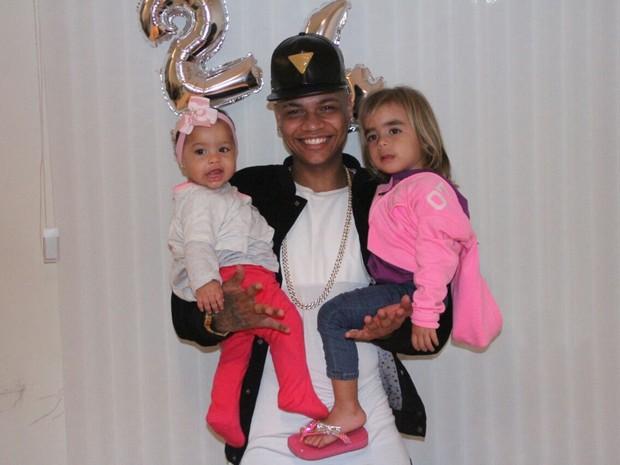 MC Duduzinho com as filhas, Valentina Eduarda e Lara Princess, em festa Rio (Foto: Rodrigo dos Anjos/ Divulgação)