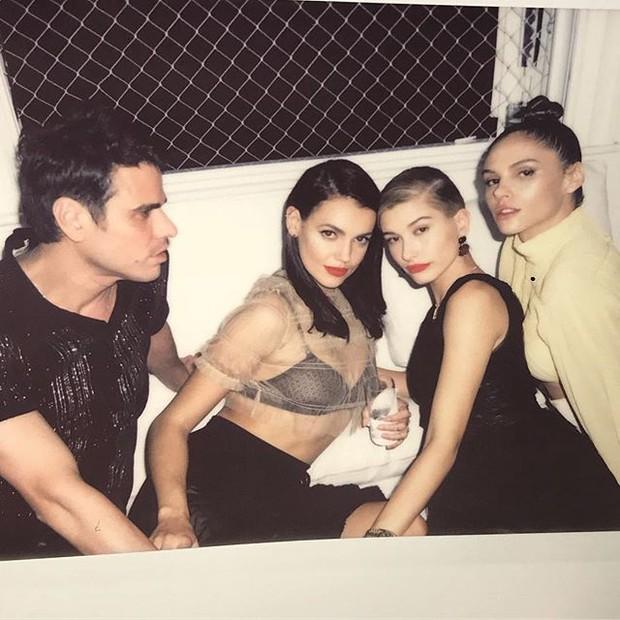 Hailey Baldwin cercada pelos amigos Beto Pacheco, Marianne Fonseca e Danielle Pontes (Foto: reprodução/instagram)