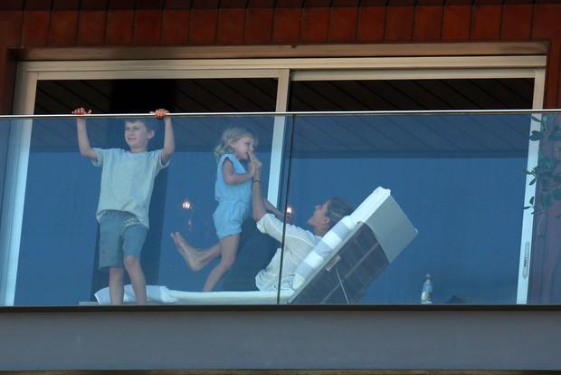 Gisele Bündchen com os filhos, Vivian e Benjamin (Foto: Dilson Silva / AgNews)