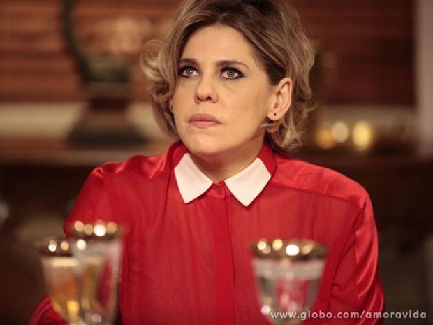 Edith totalmente exposta diante da família Khoury (Foto: Pedro Curi/TV Globo)