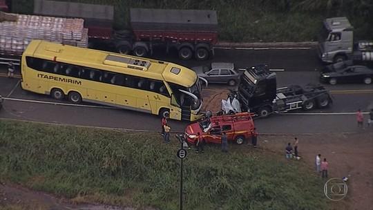 Carreta, ônibus e carro se envolvem em acidente na BR-381, em Sabará
