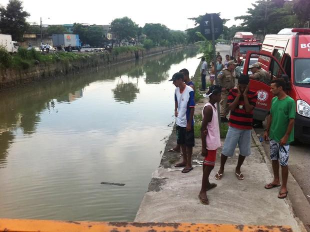 Bombeiros e familiares seguiram o rio para tentar achar Lucas (Foto: João Bandeira de Mello / G1)