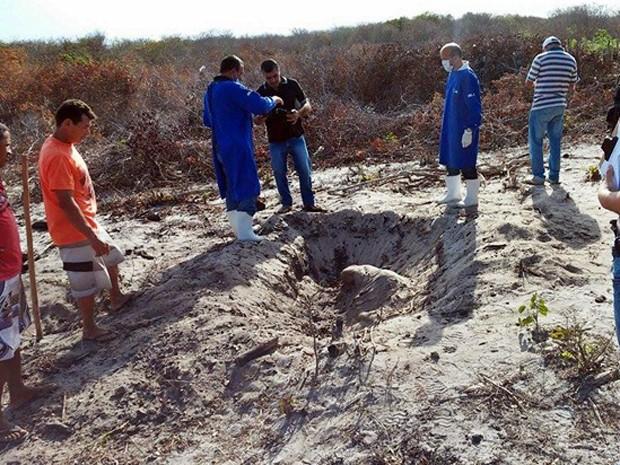 Corpo estava enterrado com mãos amarradas e com um corte no pescoço (Foto: kairo Amaral/PortalCostaNorte)