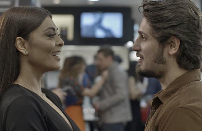 Para provocar Arthur, Carolina vai logo de ficar de papo com Rafael (Foto: TV Globo)