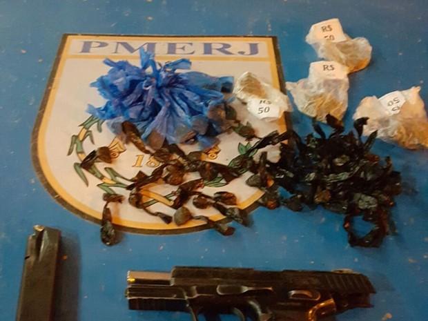 Drogas foram encontradas com homem que era foragido (Foto: Divulgação / PM)