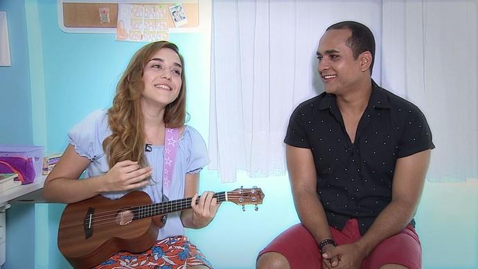A vlogueira Vika Aguiar ensinar a galera a tocar o ukulelê (Foto: TV Sergipe)