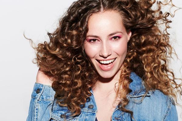 Se for usar pente para cabelos cacheados, prefira os de madeira e pentes largos (Foto: Thinkstock)