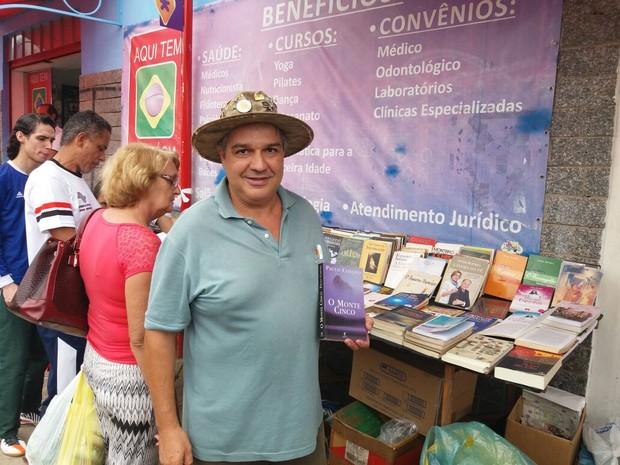 Desde 2000, Chico Carioca vende livros na Feira do Rolo em Bauru (Foto: Ednan Gomes/G1)