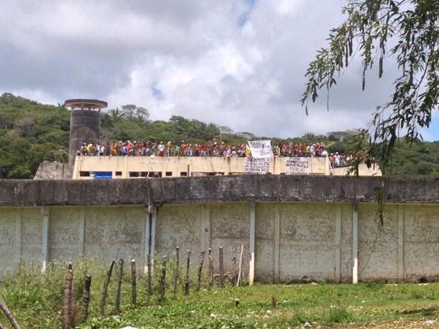 Presos da unidade exibiram faixas e armas brancas durante manifestação (Foto: Kety Marinho/TV Globo)