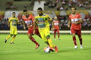 Jogador da equipe sertaneja sai jogando no campo de defesa (Foto: Ailton Cruz / Gazeta de Alagoas)