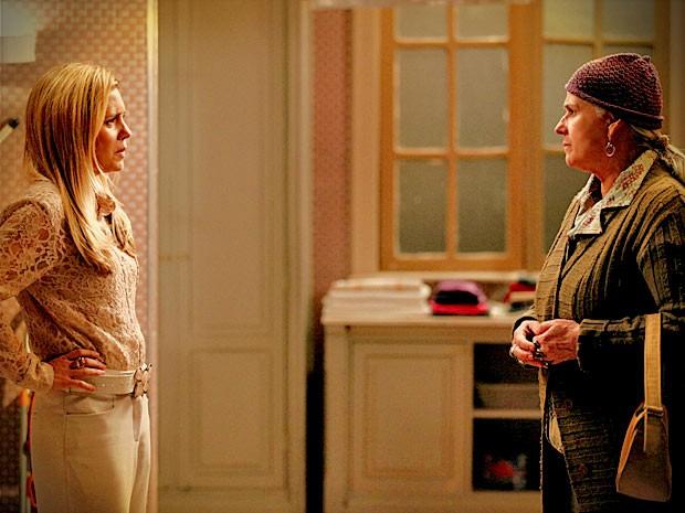 Lucinda diz a Carminha que Jorginho está em busca de seus pais biológicos (Foto: Avenida Brasil/ TV Globo)