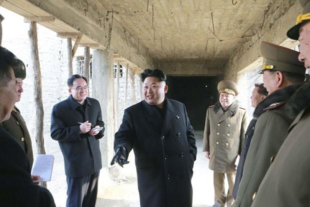 O ditador da Coreia do Norte, Kim Jong-Un, em visita ao local onde será construído um orfanato em foto divulgada nesta quarta-feira (11) (Foto: KCNA/Reuters)