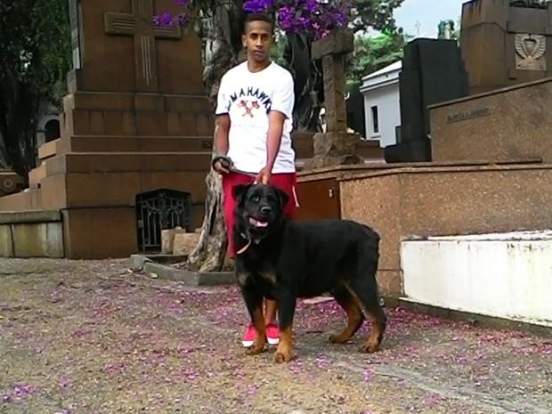 Cachorro utilizado em teste de reforço de segurança no Cemitério da Consolação (Foto: Assessoria de imprensa da Secretaria Municipal de Serviços)