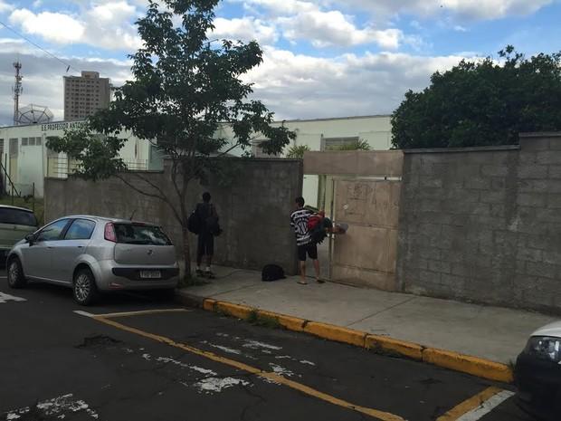 Estudantes deixaram escola estadual de Piracicaba após 18 dias de ocupação (Foto: Marcello Carvalho/G1)