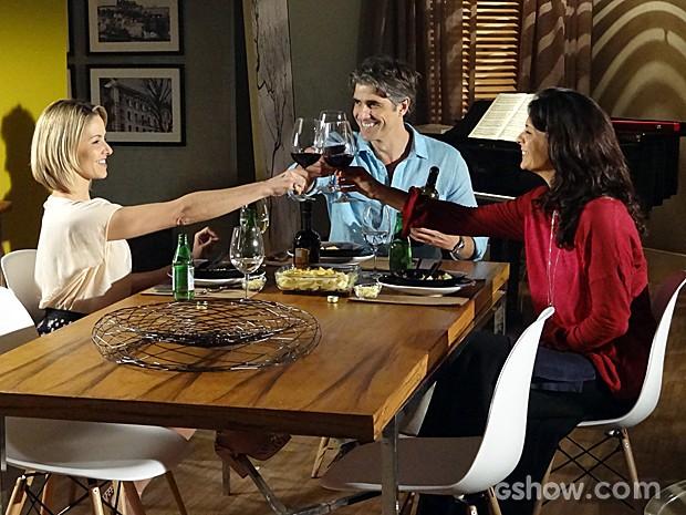 Silvia tem que se contentar com o jantar a três (Foto: Em Família / TV Globo)