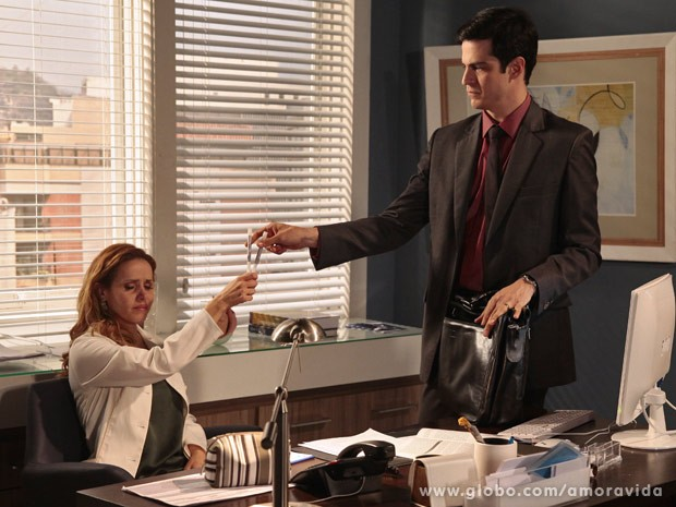 Glauce entrega o frasco de DNA para Félix jogar fora (Foto: Amor à Vida / TV Globo)