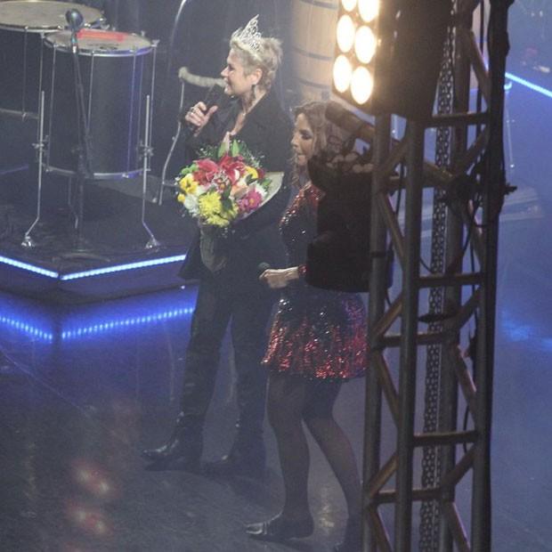 Xuxa ganha buquê de flores e coroa das mãos de Ivete Sangalo (Foto: Thyago Andrade/Brazil News)