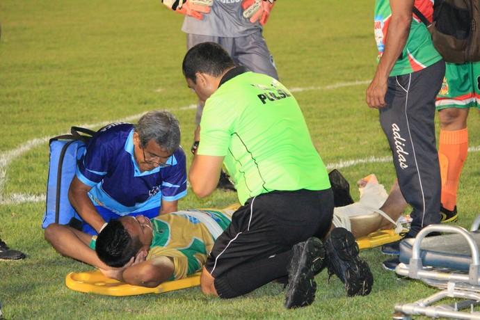 Fair Play: Max Ceni é atendido pelos dois times preocupados com a situação do arqueiro (Foto: Imagem/Tércio Neto)