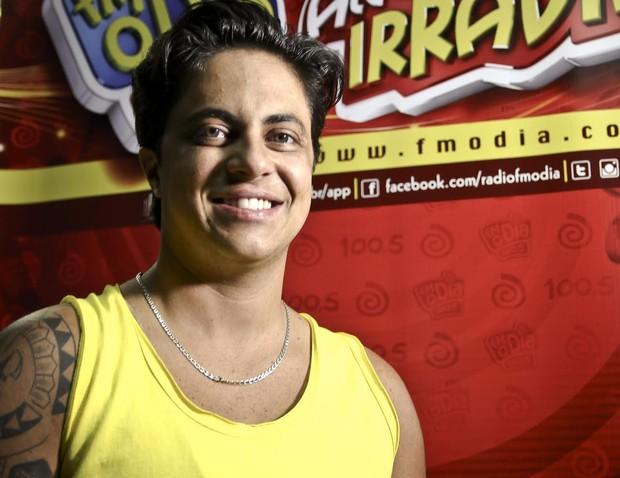 Thammy Miranda durante entrevista de rádio no Rio (Foto: Rodolfo Viana/FM O Dia - Divulgação)