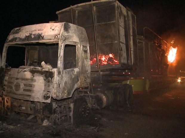 Trio elétrico ficou completamente destruído após incêndio (Foto: Reprodução / TV Paraíba)