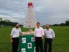 Trio faz vaquinha, monta árvore de Natal de R$ 150 e cobra ação do GDF