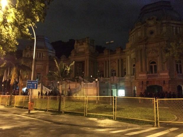 Palácio Laranjeiras está cercado por grades (Foto: Marcelo Elizardo/G1)