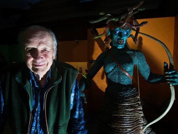 O pioneiro dos efeitos visuais no cinema Ray Harryhausen, em foto de 29 de junho de 2010, dia em que completou 90 anos; ele posa ao lado da Medusa, que ele criou para 'Fúria de titãs' (1981)  (Foto: Carl Court/AFP)