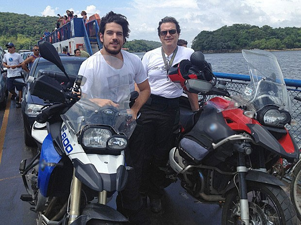 Marco Pigossi é pura alegria durante uma de suas viagens com o pai, Oswaldo (Foto: Sangue Bom / TV Globo)