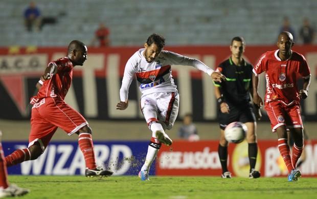 Ricardo Jesus chuta em jogo do Atlético-GO contra o América-RN no Serra Dourada (Foto: Renato Conde/O Popular)