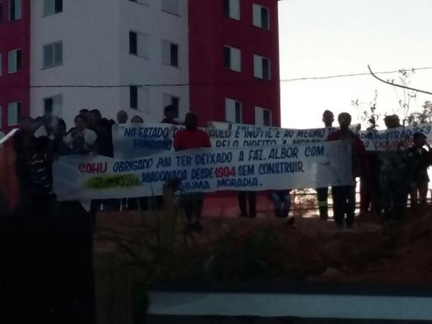 Invasores que ocuparam prédio em Arujá (Foto: Maiara Barbosa/G1)