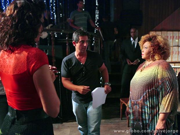 Adriano dirige a cena do encontro de Delzuite com Alcione (Foto: Salve Jorge/TV Globo)